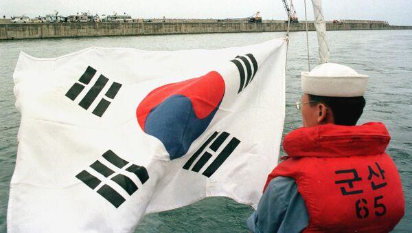 Южнокорейский морской офицер на фоне флага - Sputnik Italia