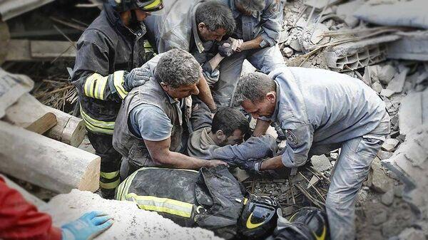 Soccorsi dopo il terremoto ad Amatrice - Sputnik Italia