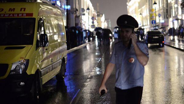 Полицейский у отделения Ситибанка, в котором неизвестный захватил заложников и угрожает взорвать банк. Отделение Ситибанка находится в центре Москвы, на Большой Никитской улице - Sputnik Italia