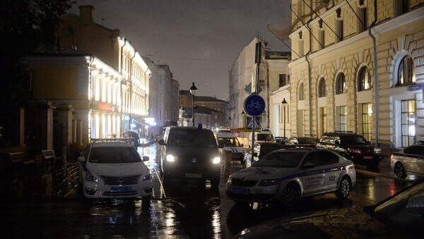 Poliziotti di fronte la filiale della Citibank a Mosca - Sputnik Italia