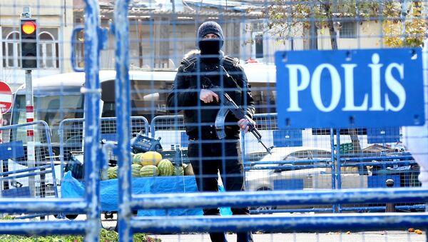 Турецкий полицейский с автоматом - Sputnik Italia