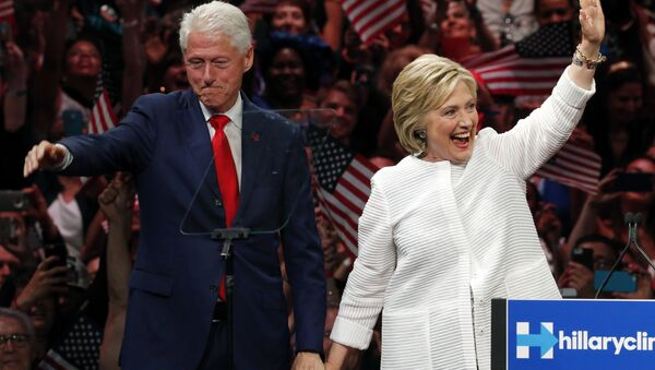 Former President Bill Clinton stands on stage with his wife, Democratic presidential candidate Hillary Clinton. - Sputnik Italia
