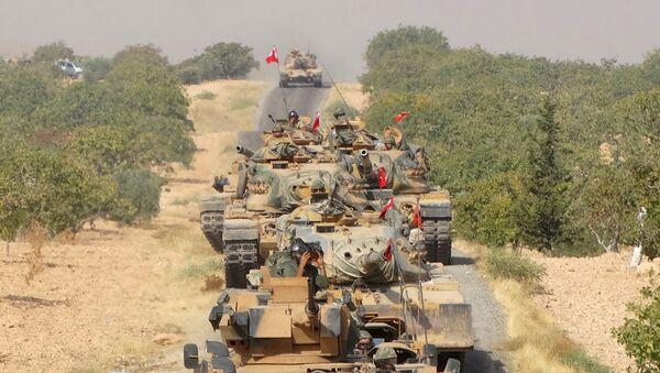 Turkish army tanks make their way towards the Syrian border town of Jarablus, Syria August 24, 2016. Picture taken August 24, 2016. - Sputnik Italia