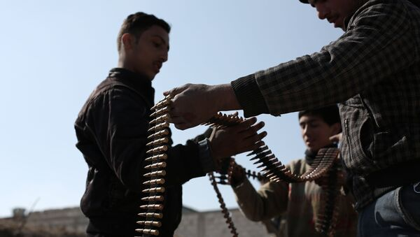 Opposition fighters belonging to Jaish al-Islam (Islam Army), the foremost rebel group in Damascus province who fiercely oppose to both the regime and the Islamic State group, check their ammunition belts in Tal al-Aswan in the area of the eastern Ghouta rebel bastion east of the Syrian capital, Damascus, during clashes with government forces on February 9, 2016. - Sputnik Italia