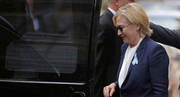 Hillary Clinton lascia la cerimonia commemorativa a New York - Sputnik Italia