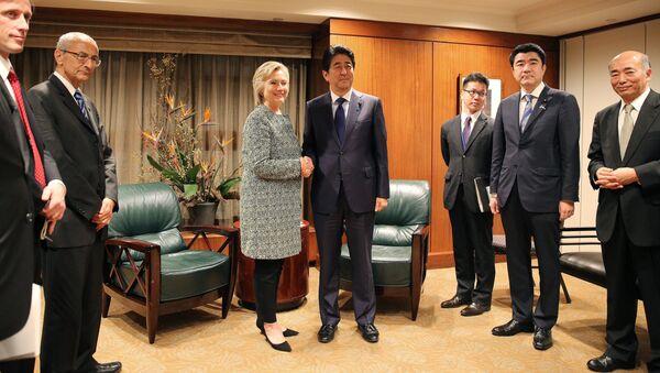 Hillary Clinton incontra il primo ministro nipponico Shinzo Abe - Sputnik Italia