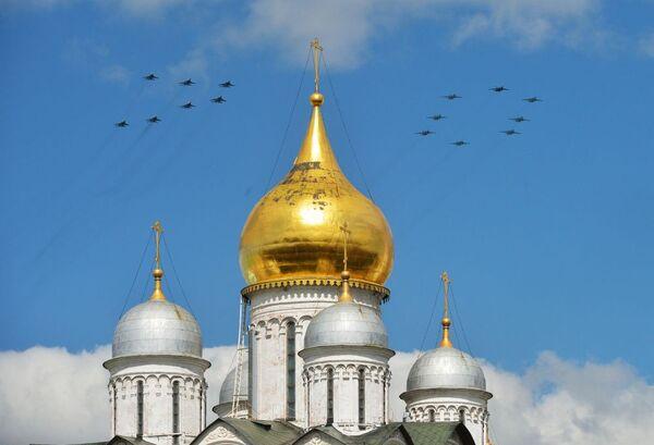 La pattuglia acrobatica dell'Aeronautica russa disegna il numero 70 nel cielo sopra la Cattedrale di Cristo Salvatore. - Sputnik Italia