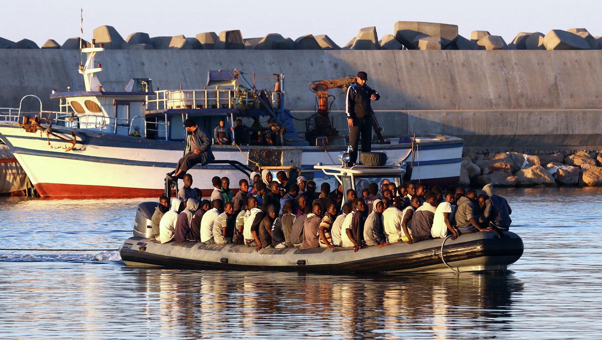 Migranti su una delle tante carrette del mare in navigazione nel mare tra la Libia e l'Italia. - Sputnik Italia, 1920, 27.04.2021