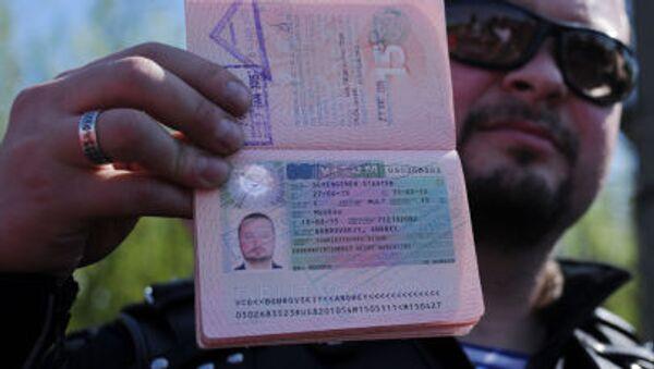 Член мотоклуба Ночные волки показывает свой загранпаспорт с перечеркнутой шенгенской визой - Sputnik Italia