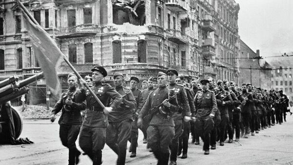 Soldati sovietici a Berlino - Sputnik Italia