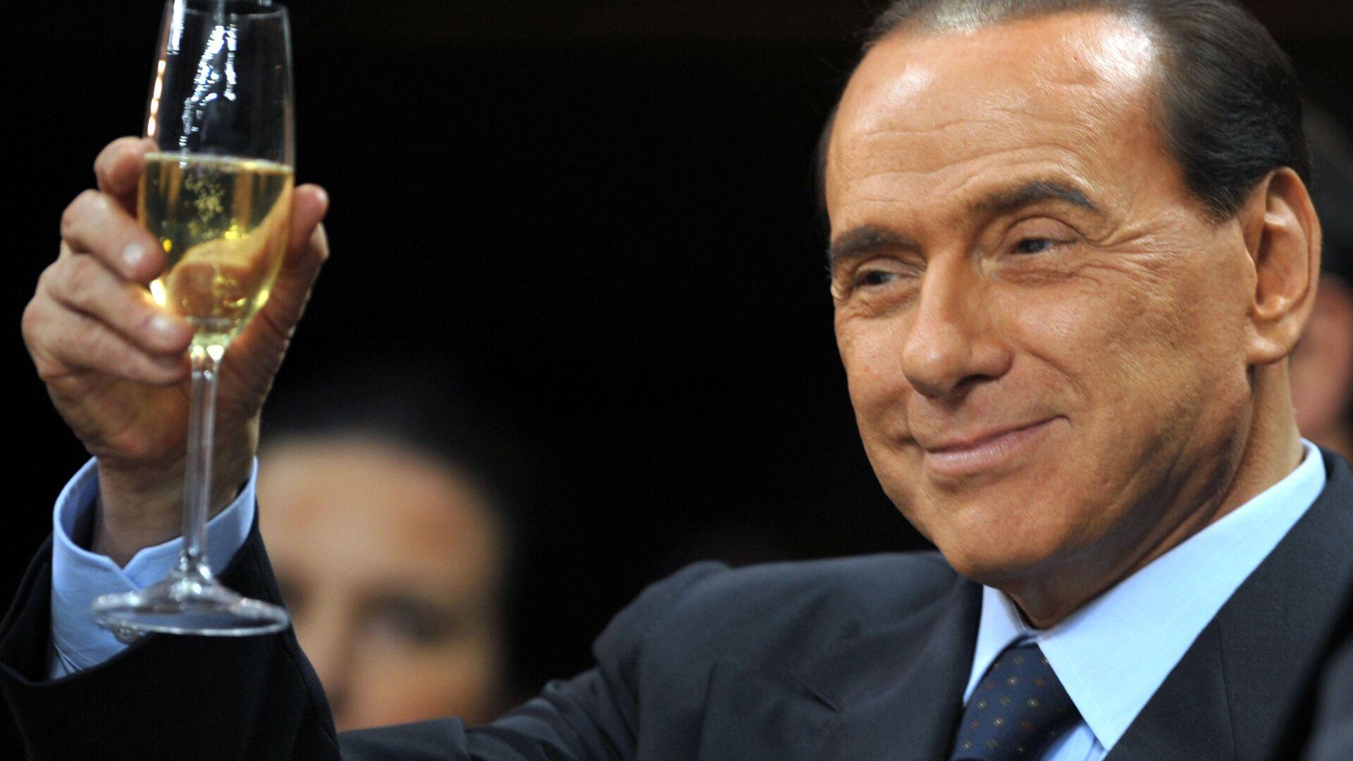 Silvio Berlusconi prima di una partita del Milan - Sputnik Italia, 1920, 09.02.2021