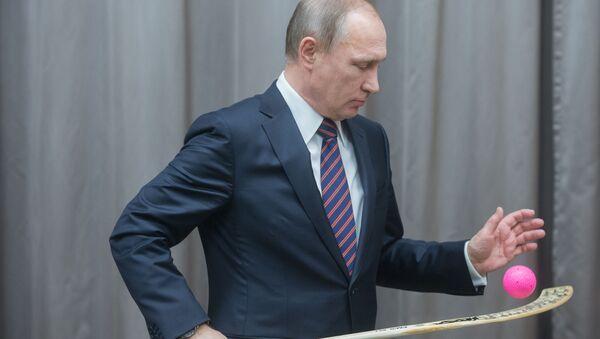 Президент России Владимир Путин во время встречи со сборной командой России по хоккею с мячом в резиденции Ново-Огарево - Sputnik Italia