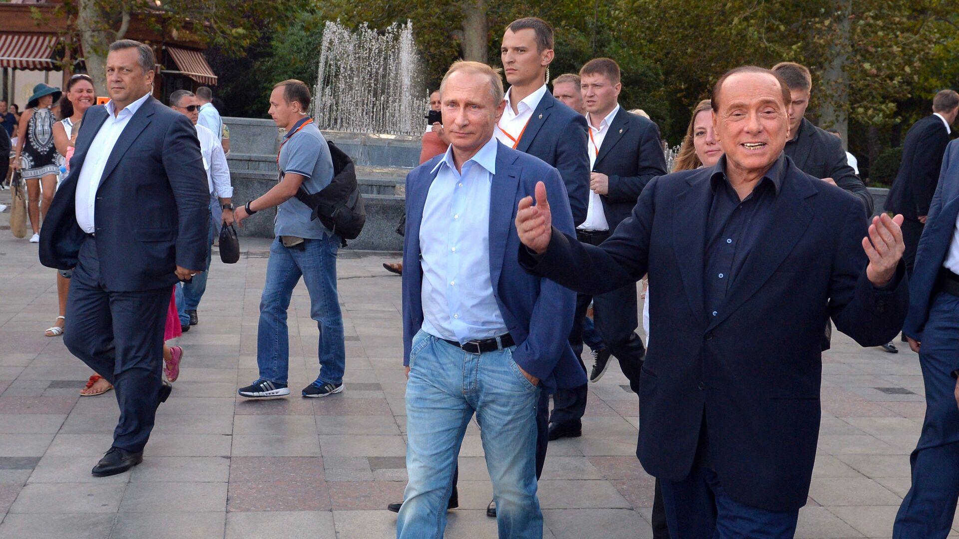 Russian President Vladimir Putin (3rd R) and Italy's former prime minister Silvio Berlusconi (R) walk along the Yalta embankment in Crimea on September 11, 2015 - Sputnik Italia, 1920, 29.09.2021