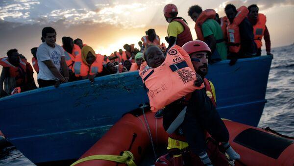Salvataggio di un bambino dalla nave naufragante nel Mediterraneo. - Sputnik Italia