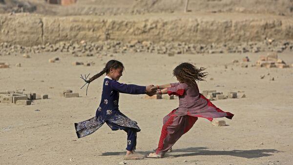 Bambine afghane giocano in periferia di Kabul, Afghanistan - Sputnik Italia