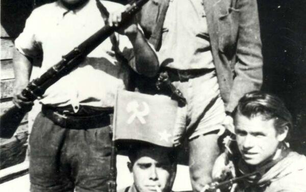 Giuseppe Gennari con partigiani sovietici - Sputnik Italia