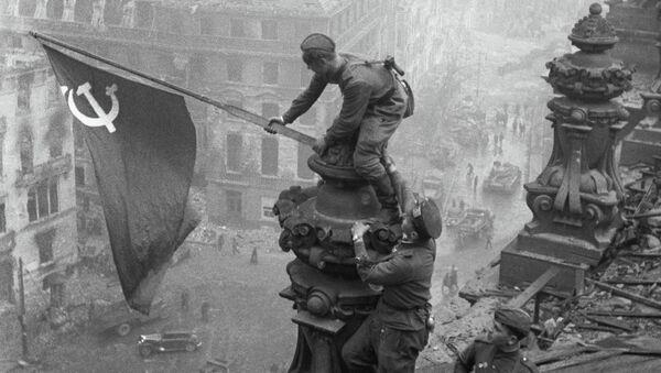 La bandiera dell'Armata Rossa sul Reichstag. - Sputnik Italia