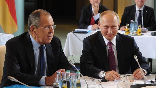 Министр иностранных дел России Сергей Лавров и президент России Владимир Путин во время встречи лидеров стран нормандской четверки - Sputnik Italia