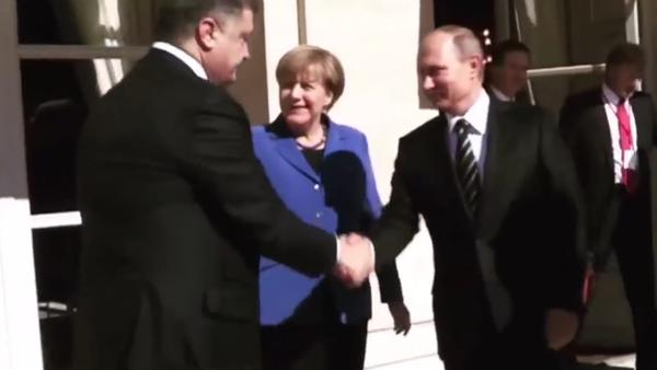 Putin e Poroshenko si stringono la mano. - Sputnik Italia