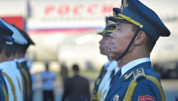 Soldato cinese all'aeroporto all'arrivo di Putin per il G-20 - Sputnik Italia