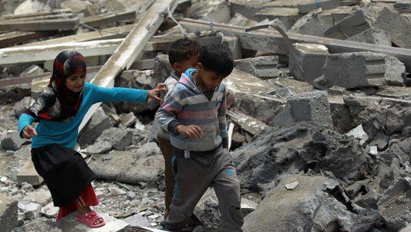 Bambini camminano sulla mecerie di una casa in Yemen - Sputnik Italia