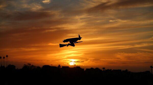 Самолет на радиоуправлении в виде ведьмы на закате в Калифорнии - Sputnik Italia