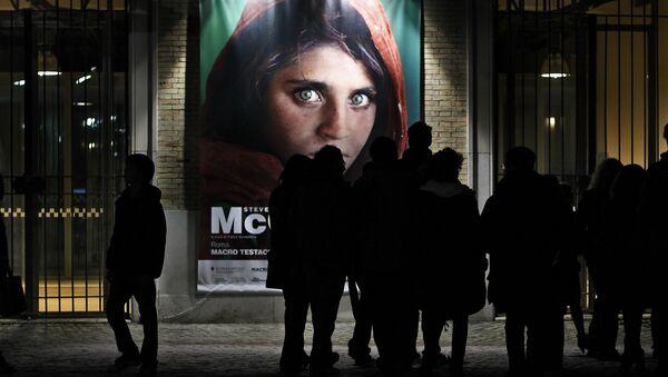 Un poster della Ragazza afgana - Sputnik Italia