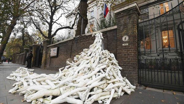 Piles on mannequin limbs are seen outside the Russia's embassy in London as part of a protest against military action in Syria - Sputnik Italia