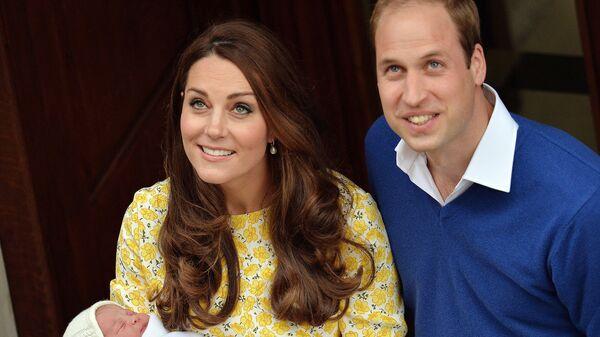 La Duchessa e il duca di Cambridge e la loro figlia - Sputnik Italia