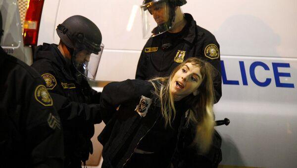 Polizia ferma un manifestante a Portland - Sputnik Italia