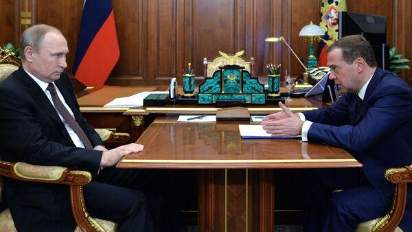 Президент России Владимир Путин и председатель правительства России Дмитрий Медведев во время встречи в Кремле - Sputnik Italia