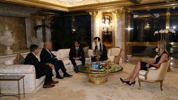 Il primo ministro nipponico Shinzo Abe incontra il neo-eletto presidente Donald Trump a Trump Tower a Manhattan, New York, USA, il 17 Novembre, 2016. - Sputnik Italia