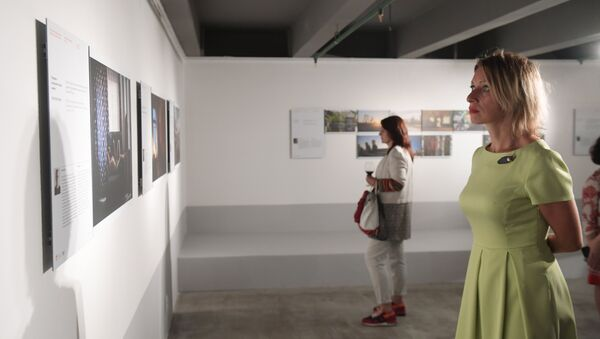 Maria Zakharova osserva le foto finaliste del concorso Stenin - Sputnik Italia