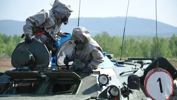 A nuclear, biological and chemical (NBC) reconnaissance crew during the regional stage of the Russian Army's Safe Environment 2016 NBC units contest in the Transbaikal region - Sputnik Italia
