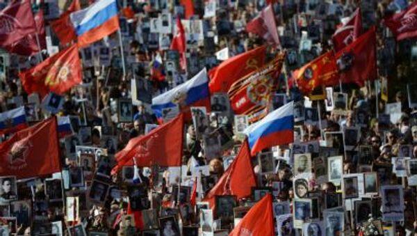 Шествие Региональной патриотической общественной организации Бессмертный полк Москва по Красной площади - Sputnik Italia