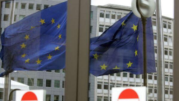 Bandiera UE riflessa dai vetri di una porta - Sputnik Italia