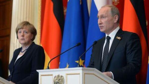 Канцлер Германии Ангела Меркель и президент Российской Федерации Владимир Путин во время совместной пресс-конференции в Кремле - Sputnik Italia