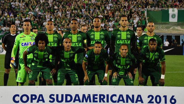 Brazil's Chapecoense players pose for pictures during their 2016 Copa Sudamericana semifinal second leg football match against Argentina's San Lorenzo held at Arena Conda stadium, in Chapeco, Brazil, on November 23, 2016. - Sputnik Italia