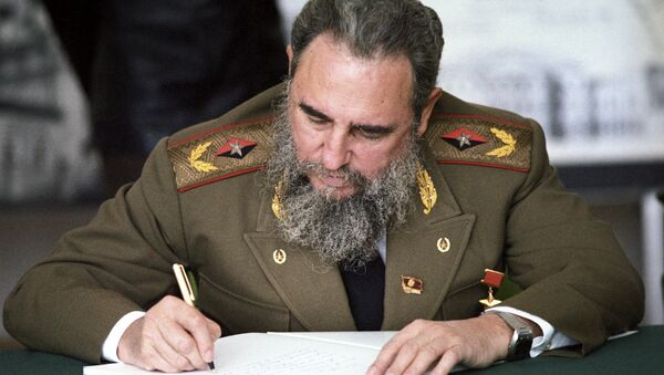 Fidel Castro, First Secretary of the Communist Party of Cuba, President of the State Council and the Council of Ministers of Cuba, head of delegation of Cuban communists at XXVII convention of CPSU making a record in the distinguished visitors' book at the main architectural and design department of Moscow - Sputnik Italia