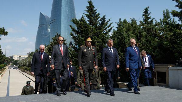 Il ministro della Difesa azero Hasanov Zakir e il suo omologo russo Sergei Shoigu - Sputnik Italia