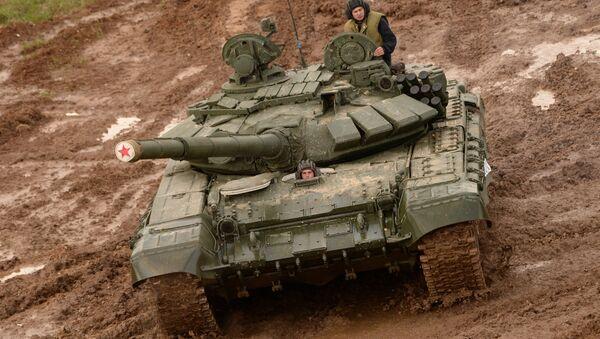 Un carro armato T-72 durante una gara di Biathlon dei carri armati nel poligono di Alabino - Sputnik Italia