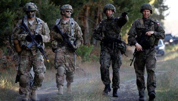 Poland's 6th Airborne Brigade soldiers (R) walk with U.S. 82nd Airborne Division soldiers during the NATO allies' Anakonda 16 exercise near Torun, Poland (File) - Sputnik Italia