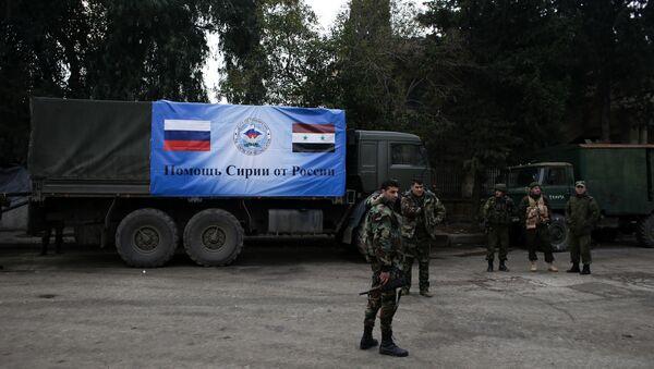Militari della Russia e Siria vicino a un camion del convoglio umanitario russo - Sputnik Italia