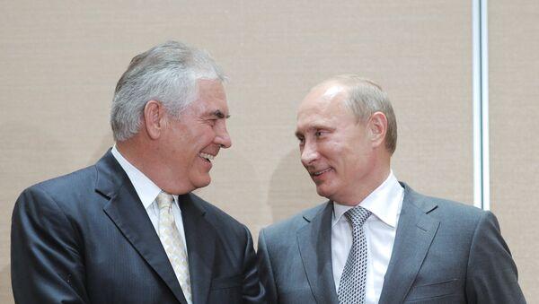 Vladimir Putin e Rex Tillerson durante firma dell'accordo strategico tra Rosneft e ExxonMobil (2011) - Sputnik Italia