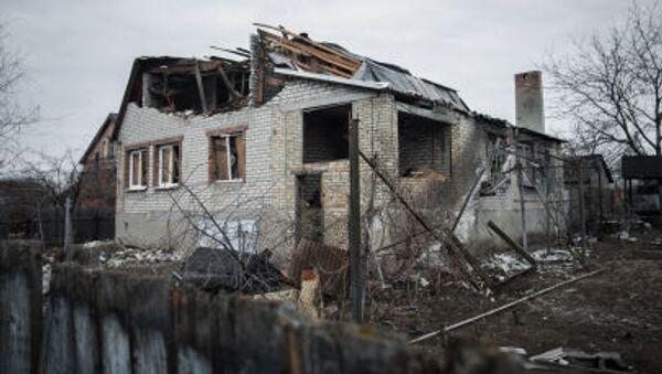 Una casa distruttra del villaggio Vesyoly, vicino all aeroporto di Donetsk - Sputnik Italia