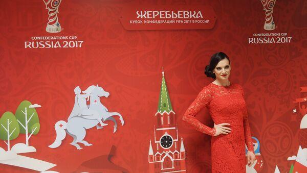 Appese le chiodate al chiodo, Elena Isinbayeva è testimonial dei mondiali di calcio di Russia 2018 - Sputnik Italia