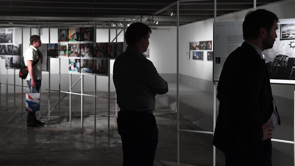 Visitori della mostra fotografica dei vincitore del concorso Stenin - Sputnik Italia