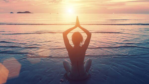 Девушка медитирует на берегу океана - Sputnik Italia