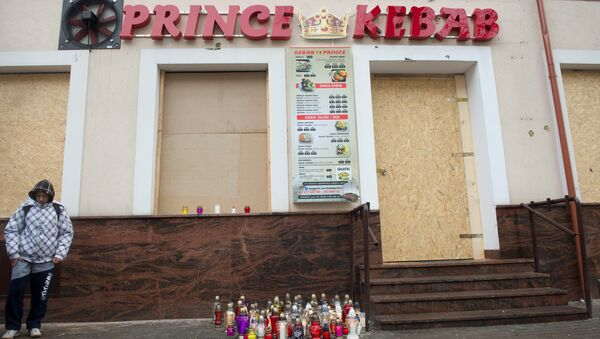 A man stands in front of the kebab shop where a 21-year old man was stabbed to death during new year's eve in a brawl with shop workers, in Elk, Poland January 2, 2017 - Sputnik Italia