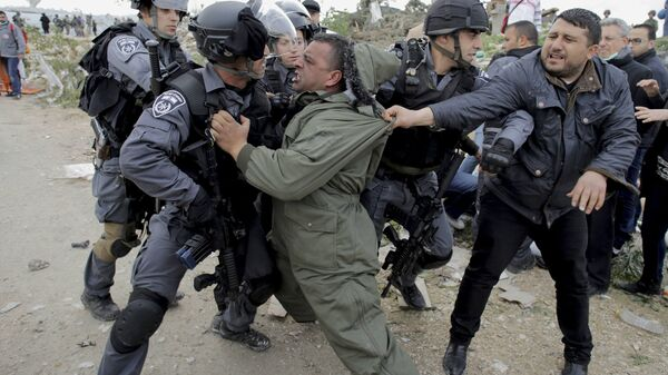 La rissa di manifestanti palestinesi con la polizia izraeliana - Sputnik Italia